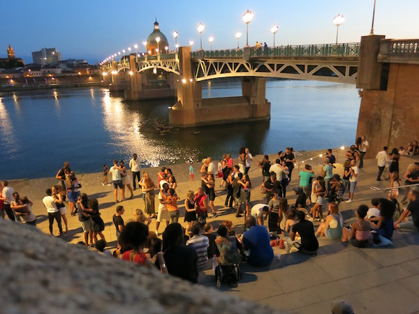 evening-dancing-by-the-river-in-tolouse-france