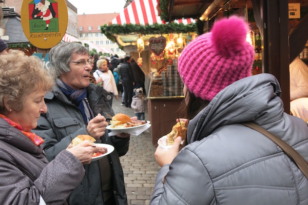 nuremberg-diners-at-the-christmas-market-in-germany
